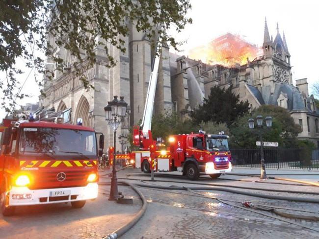 Cháy dữ dội bao phủ Nhà thờ Đức Bà Paris, đỉnh tháp 850 năm tuổi sụp đổ - Ảnh 11.