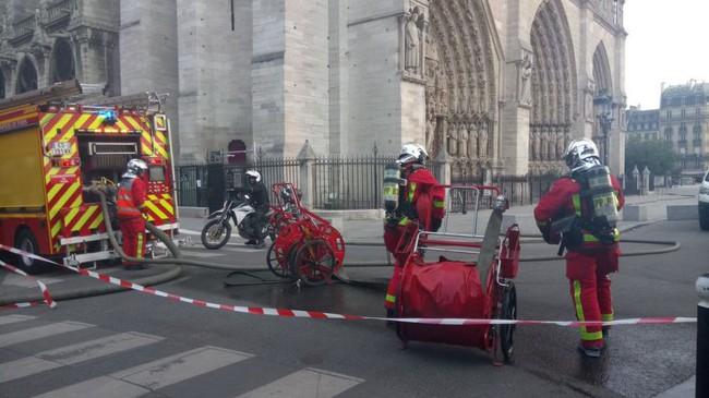 Cháy dữ dội bao phủ Nhà thờ Đức Bà Paris, đỉnh tháp 850 năm tuổi sụp đổ - Ảnh 12.