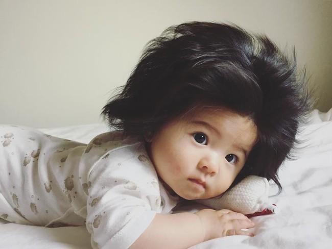 Điểm danh những em nổi như cồn trên mạng vì sở hữu mái tóc chẳng giống ai, các mẹ nhìn vào càng muốn cưng nựng thêm - Ảnh 1.