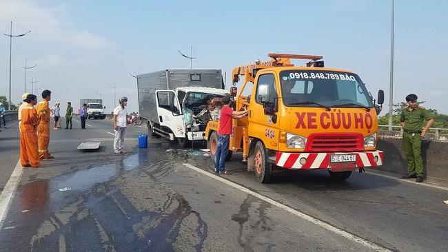 TP.HCM: Xe tải húc đầu vào xe cứu hộ dừng trên đường, 2 người chết tại chỗ, 1 người bị thương  - Ảnh 1.