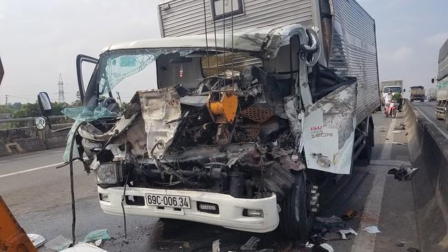 TP.HCM: Xe tải húc đầu vào xe cứu hộ dừng trên đường, 2 người chết tại chỗ, 1 người bị thương  - Ảnh 4.