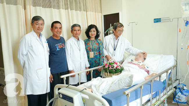 15 giờ phẫu thuật ngoạn mục cứu nữ bệnh nhân mang khối u não khổng lồ, nhiều bệnh viện đã chê - Ảnh 4.