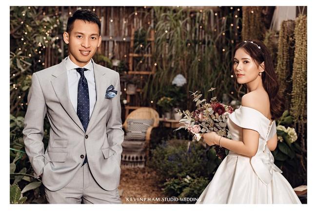 Tiền vệ tuyển Việt Nam công khai ảnh cưới, cảnh hậu trường khiến fan thổn thức vì quá lãng mạn - Ảnh 1.