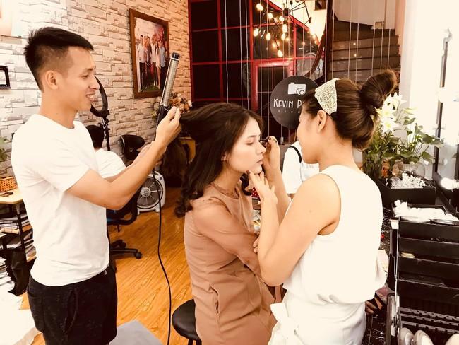 Tiền vệ tuyển Việt Nam công khai ảnh cưới, cảnh hậu trường khiến fan thổn thức vì quá lãng mạn - Ảnh 2.