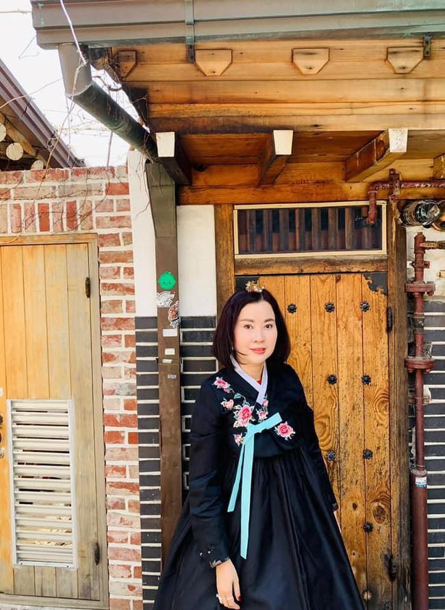 Á hậu Huyền My đi Hàn Quốc công tác, khoe ảnh xinh nhưng tất cả dồn chú ý vào nhan sắc người mẹ U50 - Ảnh 4.