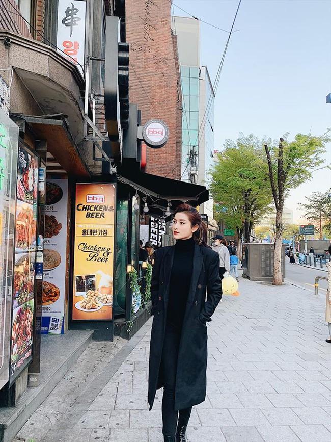 Á hậu Huyền My đi Hàn Quốc công tác, khoe ảnh xinh nhưng tất cả dồn chú ý vào nhan sắc người mẹ U50 - Ảnh 1.