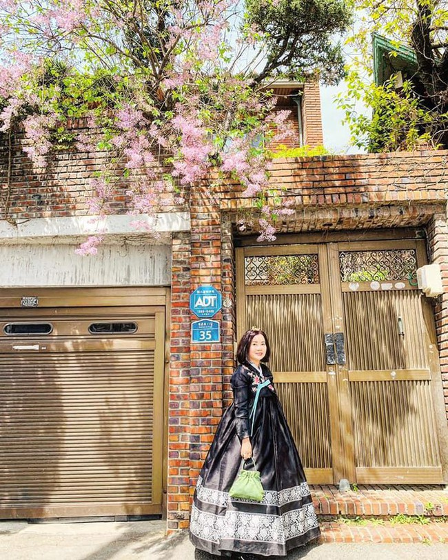 Á hậu Huyền My đi Hàn Quốc công tác, khoe ảnh xinh nhưng tất cả dồn chú ý vào nhan sắc người mẹ U50 - Ảnh 5.