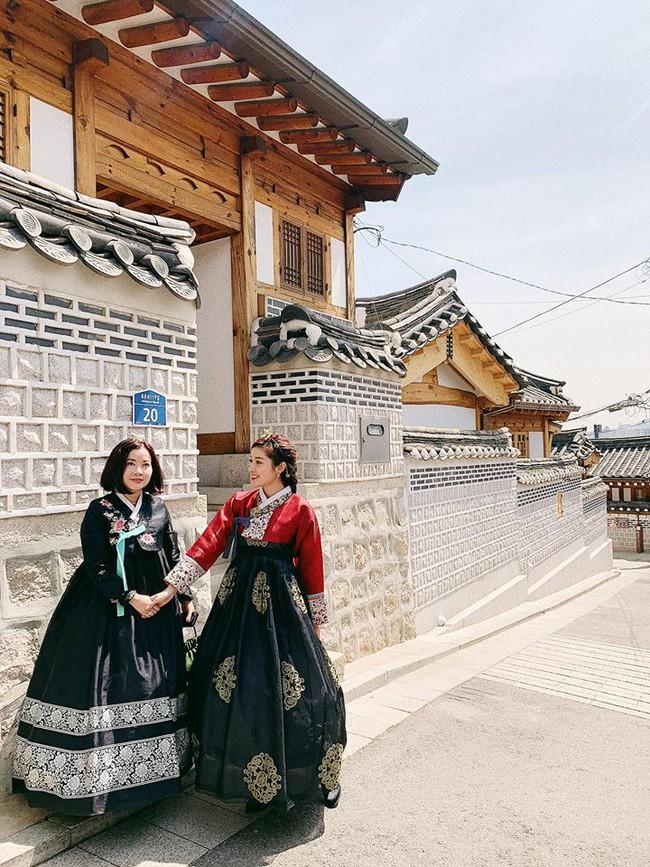 Á hậu Huyền My đi Hàn Quốc công tác, khoe ảnh xinh nhưng tất cả dồn chú ý vào nhan sắc người mẹ U50 - Ảnh 2.