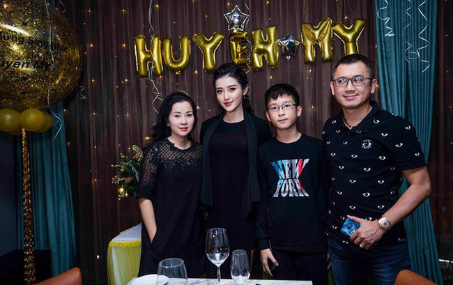 Á hậu Huyền My đi Hàn Quốc công tác, khoe ảnh xinh nhưng tất cả dồn chú ý vào nhan sắc người mẹ U50 - Ảnh 9.