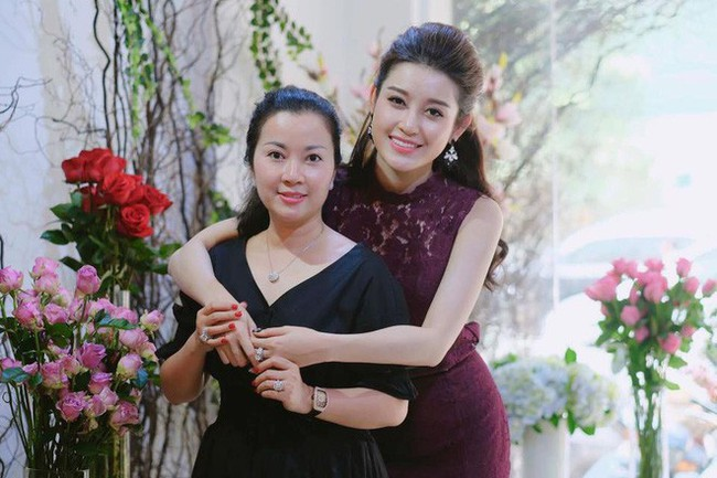 Á hậu Huyền My đi Hàn Quốc công tác, khoe ảnh xinh nhưng tất cả dồn chú ý vào nhan sắc người mẹ U50 - Ảnh 10.