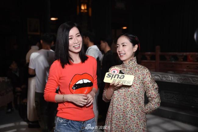 Mặc đơn giản, cười e ấp bên Huỳnh Hiểu Minh, Xa Thi Mạn lại khiến fan náo loạn: Chị ơi làm ơn đừng hack tuổi nữa! - Ảnh 4.