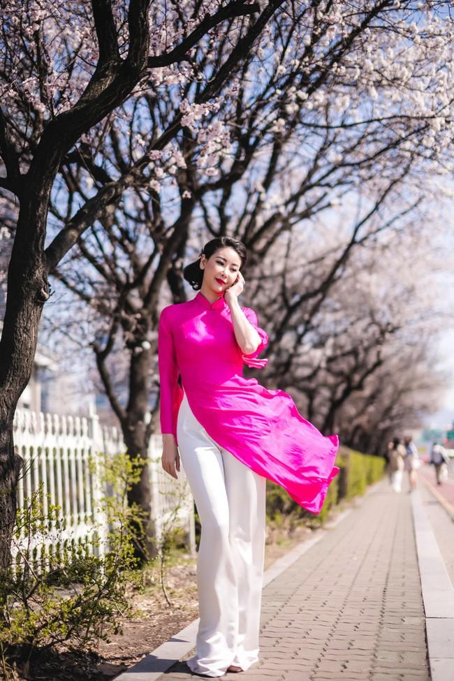Hoa hậu Hà Kiều Anh khoe dáng thon gọn, rạng rỡ bên con gái cưng ở Hàn Quốc - Ảnh 1.