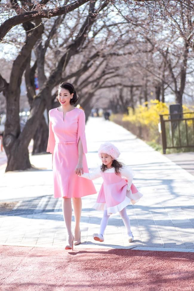 Hoa hậu Hà Kiều Anh khoe dáng thon gọn, rạng rỡ bên con gái cưng ở Hàn Quốc - Ảnh 3.