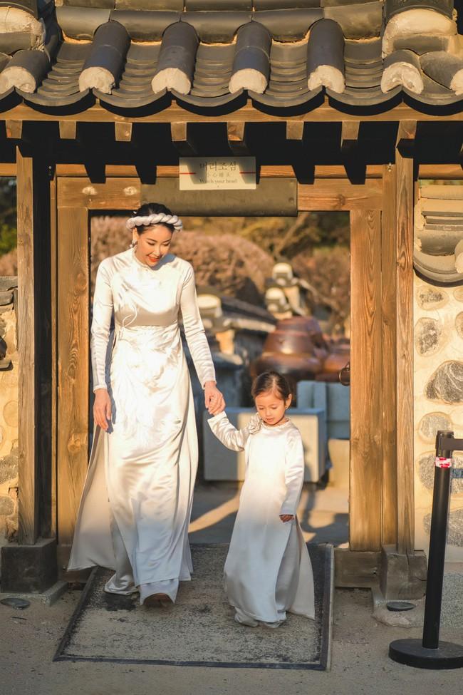 Hoa hậu Hà Kiều Anh khoe dáng thon gọn, rạng rỡ bên con gái cưng ở Hàn Quốc - Ảnh 7.