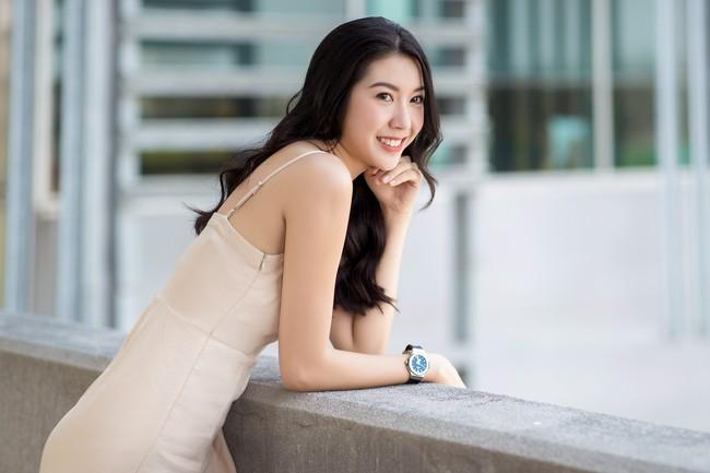 Á hậu Thúy Vân diện đầm 2 dây, xinh đẹp rạng rỡ trở lại giảng đường Đại học ở tuổi 25 - Ảnh 2.