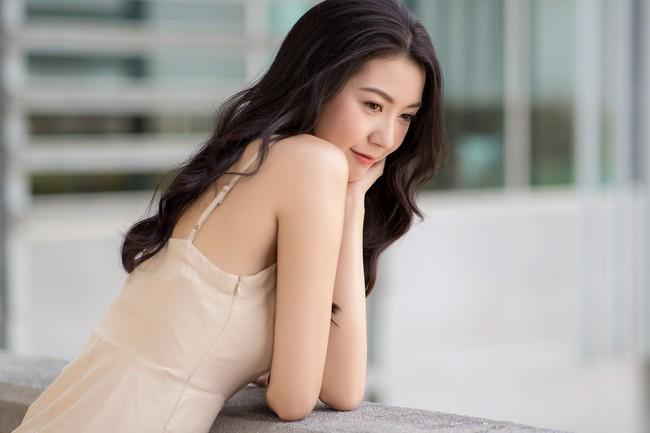 Á hậu Thúy Vân diện đầm 2 dây, xinh đẹp rạng rỡ trở lại giảng đường Đại học ở tuổi 25 - Ảnh 7.