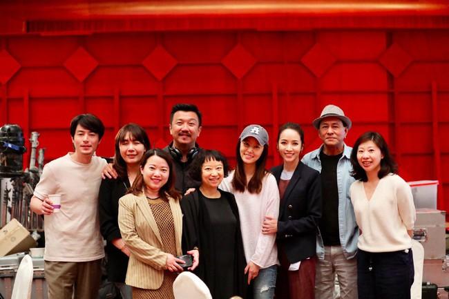 Lâm Tâm Như tới phim trường thăm ông xã nhưng biểu cảm cười tít mắt của Hoắc Kiến Hoa mới là tâm điểm chú ý - Ảnh 1.