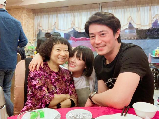 Lâm Tâm Như tới phim trường thăm ông xã nhưng biểu cảm cười tít mắt của Hoắc Kiến Hoa mới là tâm điểm chú ý - Ảnh 4.