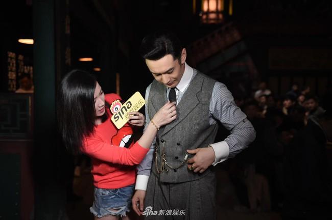 Mặc đơn giản, cười e ấp bên Huỳnh Hiểu Minh, Xa Thi Mạn lại khiến fan náo loạn: Chị ơi làm ơn đừng hack tuổi nữa! - Ảnh 2.