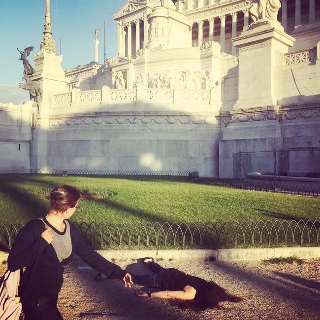 Dân tình đi du lịch thi nhau chụp ảnh selfie thì người phụ nữ này lại đi khắp thế giới để nằm sấp giả chết với một lý do gây bất ngờ - Ảnh 12.