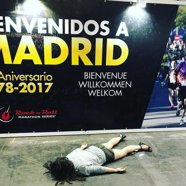 Dân tình đi du lịch thi nhau chụp ảnh selfie thì người phụ nữ này lại đi khắp thế giới để nằm sấp giả chết với một lý do gây bất ngờ - Ảnh 7.