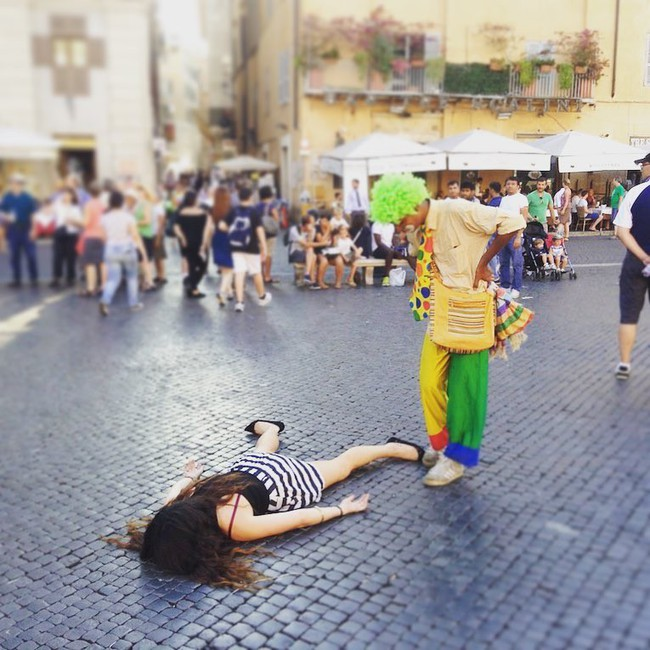 Dân tình đi du lịch thi nhau chụp ảnh selfie thì người phụ nữ này lại đi khắp thế giới để nằm sấp giả chết với một lý do gây bất ngờ - Ảnh 6.
