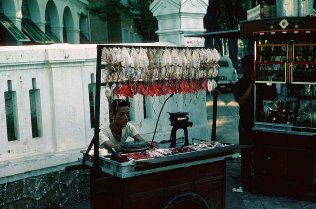 Điểm mặt những thứ quà vặt vỉa hè Sài Gòn xưa, có những cái tên đến nay vẫn còn rất hot - Ảnh 3.