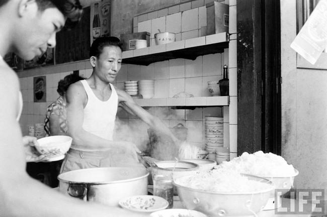 Điểm mặt những thứ quà vặt vỉa hè Sài Gòn xưa, có những cái tên đến nay vẫn còn rất hot - Ảnh 4.