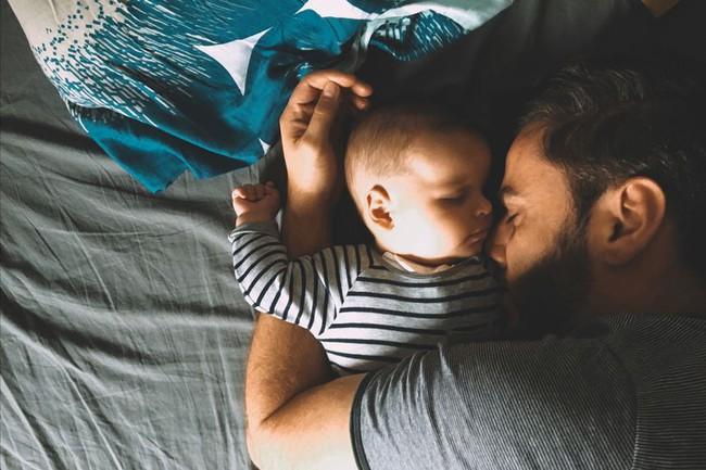 Bố mẹ vô tình ngủ thiếp đi, đến khi tỉnh dậy thì chết lặng vì thấy con mình đã ra đi từ lúc nào trong vòng tay của bố - Ảnh 1.