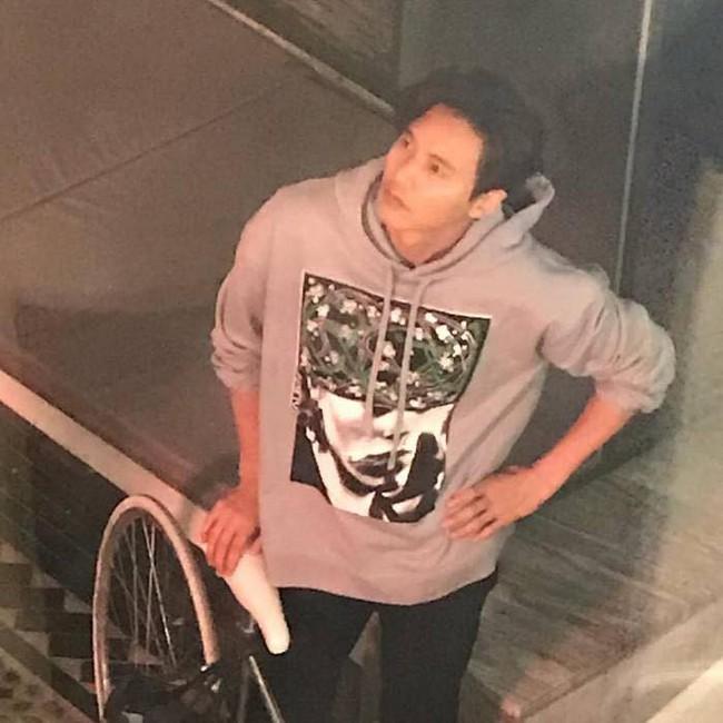 Ảnh hot nhất Kbiz hôm nay: Won Bin để mặt mộc, đạp xe đi mua cà phê mà đẹp như chụp hình tạp chí - Ảnh 1.
