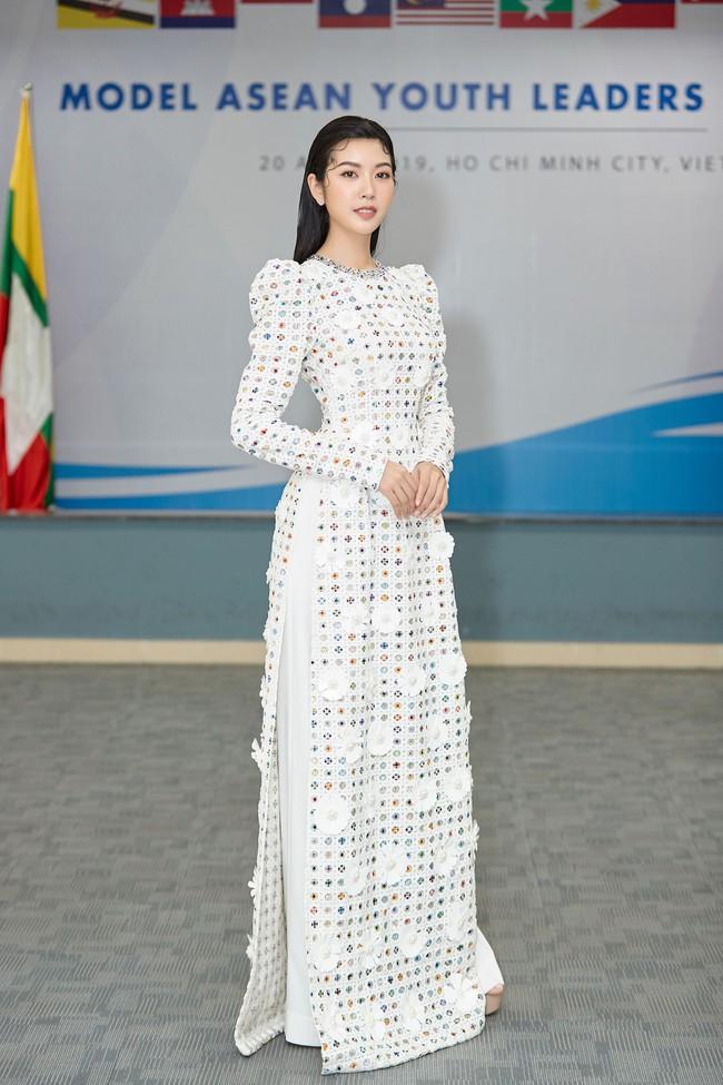 Á hậu Thúy Vân bắn tiếng Anh như gió, tự tin làm giám khảo cuộc thi hùng biện dành cho sinh viên - Ảnh 6.