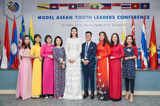 Á hậu Thúy Vân bắn tiếng Anh như gió, tự tin làm giám khảo cuộc thi hùng biện dành cho sinh viên - Ảnh 3.