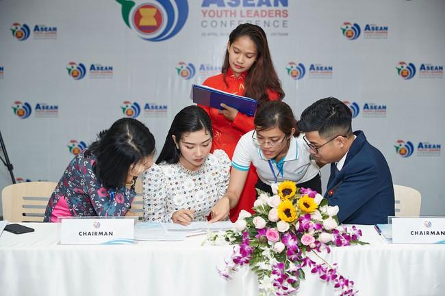 Á hậu Thúy Vân bắn tiếng Anh như gió, tự tin làm giám khảo cuộc thi hùng biện dành cho sinh viên - Ảnh 4.
