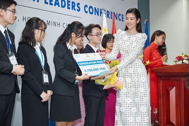 Á hậu Thúy Vân bắn tiếng Anh như gió, tự tin làm giám khảo cuộc thi hùng biện dành cho sinh viên - Ảnh 5.