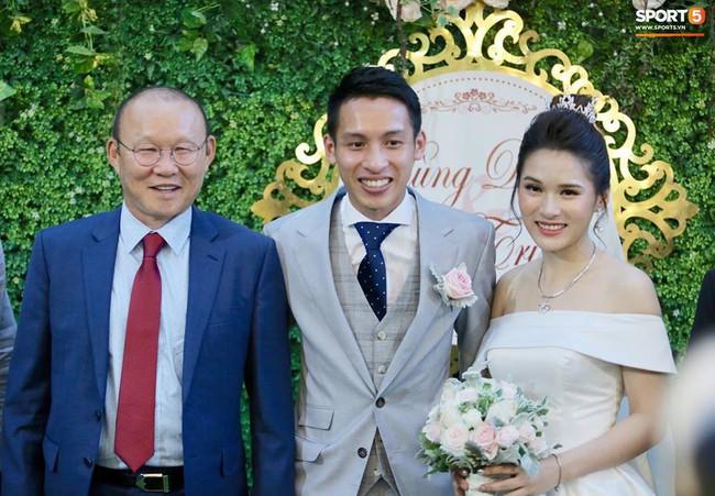 Dàn cầu thủ tuyển Việt Nam xuất hiện như nam thần mừng đám cưới Hùng Dũng, nhưng nhìn đến Đức Huy bỗng thấy... sai sai - Ảnh 2.