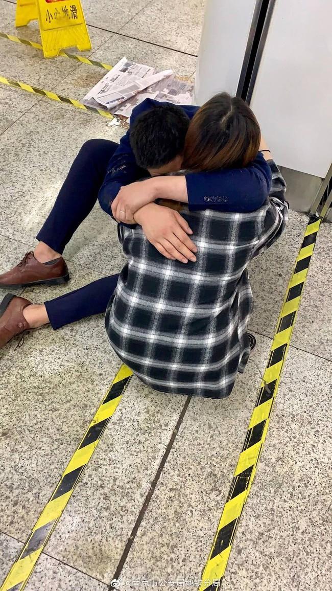 Hình ảnh vợ ôm chồng say rượu tại ga tàu điện và câu nói Em yêu ơi, anh thật vô dụng khiến cư dân mạng động lòng - Ảnh 3.