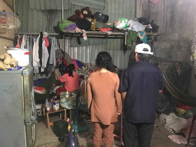 TP.HCM: Bé gái 11 tuổi trong 2 năm nghi bị 2 ông già xâm hại, bố mẹ nghèo bất lực không thể đòi công bằng cho con - Ảnh 6.