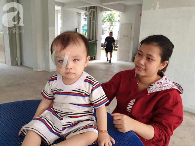 Bé trai 15 tháng tuổi có nguy cơ mù vĩnh viễn, người mẹ trẻ khóc cạn nước mắt đi tìm ánh sáng cho con - Ảnh 18.