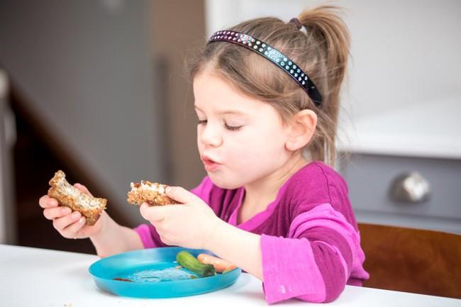 Trẻ biếng ăn, kén ăn sẽ không còn là nỗi lo của cha mẹ chỉ với 6 mẹo được chuyên gia khuyến nghị sau đây - Ảnh 4.