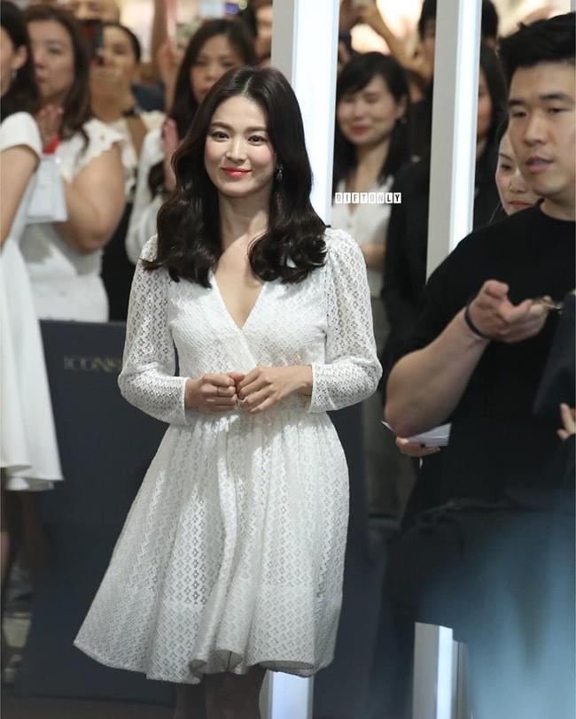 Jeon Ji Hyun và Song Hye Kyo dự sự kiện cùng ngày: Mợ chảnh trẻ hơn dù có 2 con, nhưng vẫn thua chị Song ở điểm này - Ảnh 3.