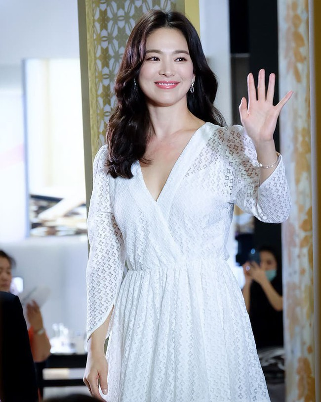 Jeon Ji Hyun và Song Hye Kyo dự sự kiện cùng ngày: Mợ chảnh trẻ hơn dù có 2 con, nhưng vẫn thua chị Song ở điểm này - Ảnh 7.
