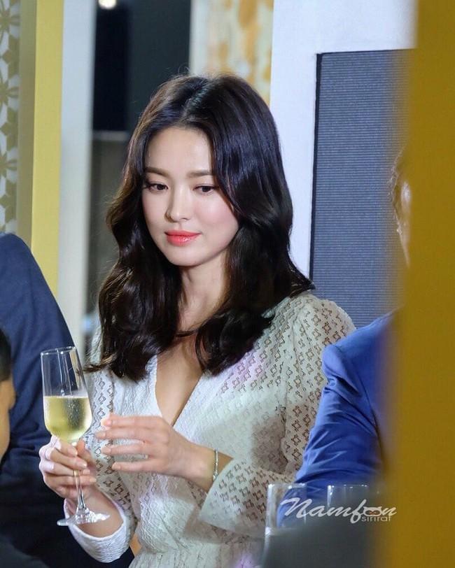 Jeon Ji Hyun và Song Hye Kyo dự sự kiện cùng ngày: Mợ chảnh trẻ hơn dù có 2 con, nhưng vẫn thua chị Song ở điểm này - Ảnh 9.