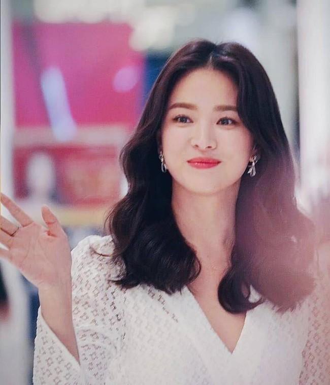 Jeon Ji Hyun và Song Hye Kyo dự sự kiện cùng ngày: Mợ chảnh trẻ hơn dù có 2 con, nhưng vẫn thua chị Song ở điểm này - Ảnh 10.