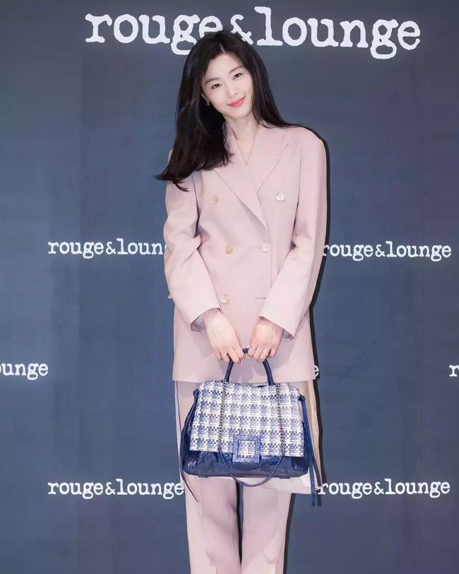 Ảnh chụp vội Jeon Ji Hyun và Song Hye Kyo cùng ngày dự sự kiện: Một người đẹp đến mức lấn át luôn đối phương - Ảnh 1.