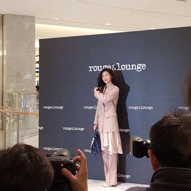 Ảnh chụp vội Jeon Ji Hyun và Song Hye Kyo cùng ngày dự sự kiện: Một người đẹp đến mức lấn át luôn đối phương - Ảnh 2.