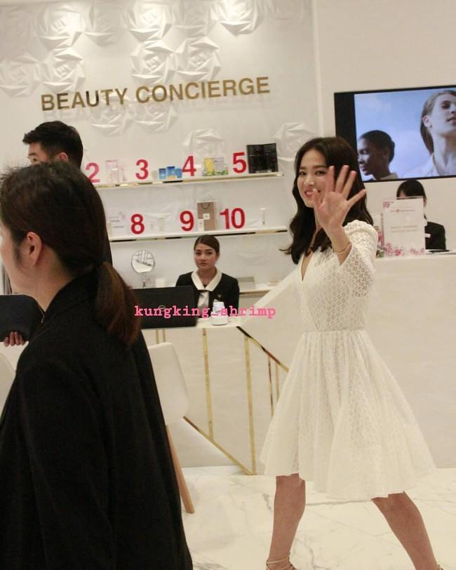 Ảnh chụp vội Jeon Ji Hyun và Song Hye Kyo cùng ngày dự sự kiện: Một người đẹp đến mức lấn át luôn đối phương - Ảnh 5.