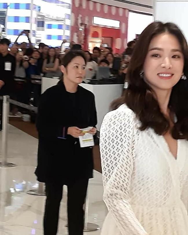 Ảnh chụp vội Jeon Ji Hyun và Song Hye Kyo cùng ngày dự sự kiện: Một người đẹp đến mức lấn át luôn đối phương - Ảnh 8.