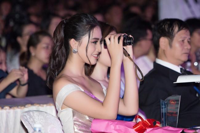 Hoa hậu Tiểu Vy ngày càng chịu hở, khoe ngực đầy gợi cảm  nổi bật nhất dàn người đẹp - Ảnh 13.