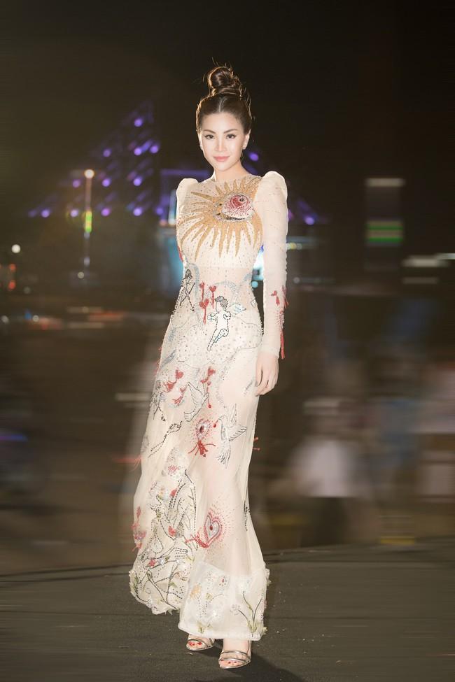Hoa hậu Tiểu Vy ngày càng chịu hở, khoe ngực đầy gợi cảm  nổi bật nhất dàn người đẹp - Ảnh 9.