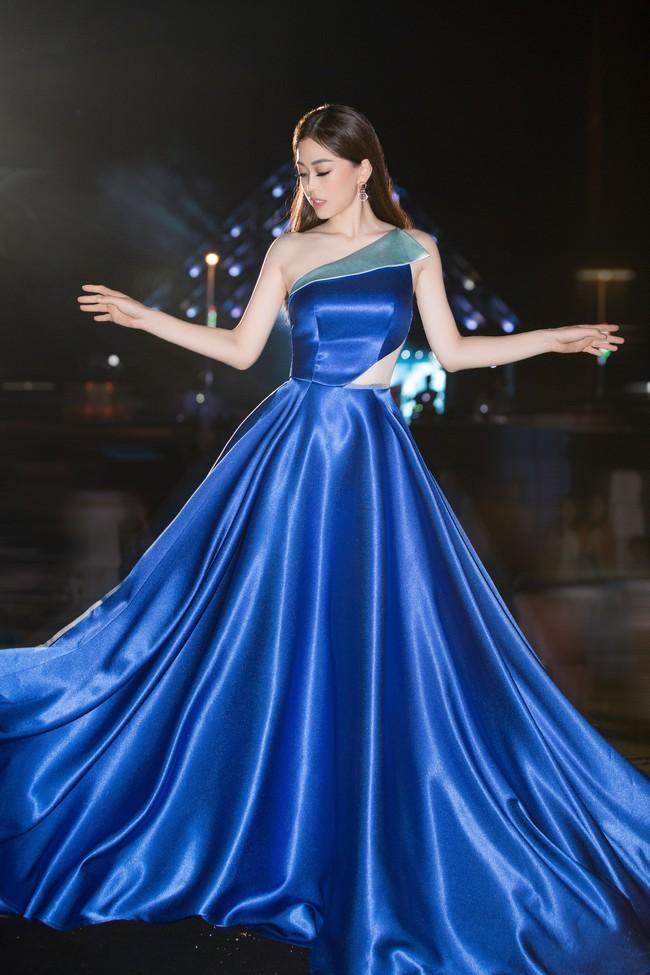 Hoa hậu Tiểu Vy ngày càng chịu hở, khoe ngực đầy gợi cảm  nổi bật nhất dàn người đẹp - Ảnh 5.